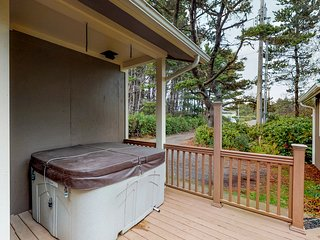 Open, airy & dog-friendly home with a private hot tub, close to the beach!