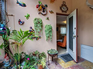 Waterfront, garden-entry condo only steps to Hollywood Beach - Snowbirds welcome