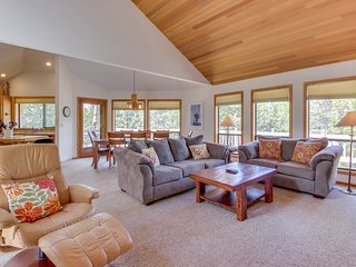 Comfortable Sunriver home w/ a private hot tub and WiFi! Free SHARC access!