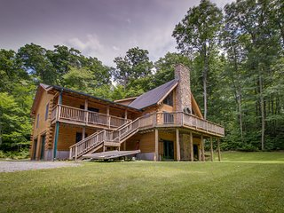 Inviting, spacious, and dog-friendly cabin, close to town & ski resorts!