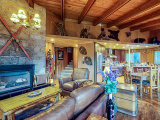 Eclectic alpine home, with private hot tub and great location!
