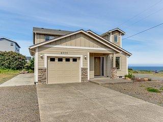 Cozy, modern house w/ ocean views & steps to Roads End Park beach access