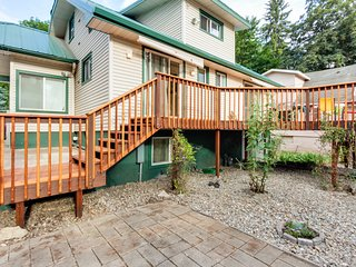 Quaint home w/ deck, patio & yard, walk to the lake and downtown!