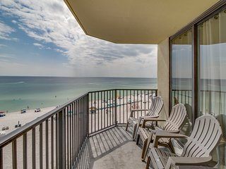 Oceanfront Sunbird Beach Resort condo w/ swimming pool - snowbirds welcome!