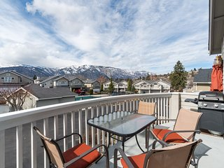 Mountain view townhome w/ deck & shared seasonal pool, walk to waterfront/town!
