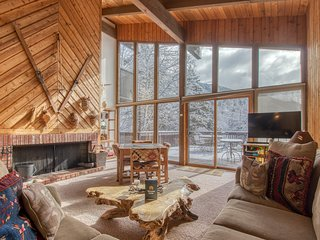 Spacious yet cozy mountain lodge-style home w/ nearby ski access
