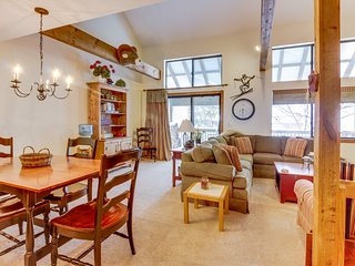 Beautiful mtn home w/ seasonal shared pool & private sauna - near slopes!