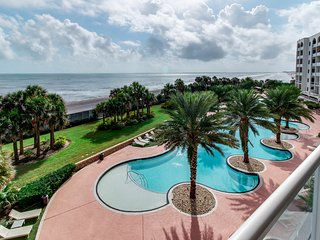 Spectacular waterfront luxury coastal condo with shared pools & hot tub!