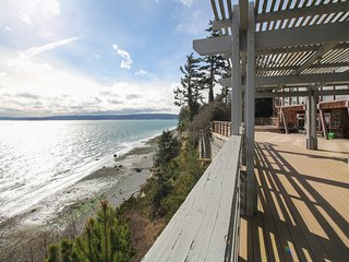 Sprawling watefront home with breathtaking ocean views and secluded atmosphere!