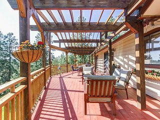 Large family home w/ 10 acres, a large deck & a game room - dogs welcome!