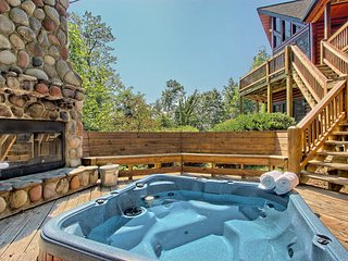 Gorgeous mountain cabin near downtown Blue Ridge w/ hot tub, fireplace, & more!