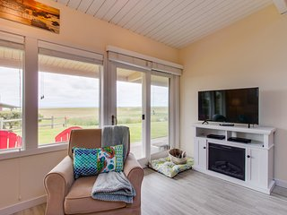 Dog-friendly oceanfront condo, close to Gearhart Golf Links - walk to the beach!
