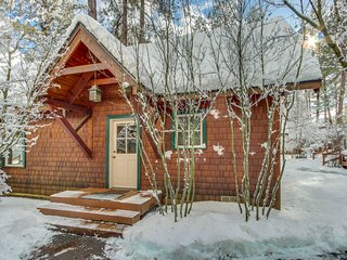 Luxurious cabin on the Metolius River w/ fireplace, cable & free WiFi