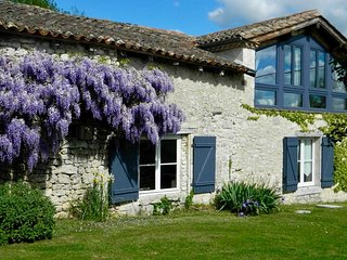 LES GRANGES L'ESTANG. The Old Barn. Large 4 bed Gite, sleeps 9, swimming pool.