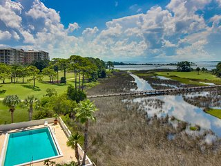 Luxury condo w/ shared pool & views of the bay & golf course - snowbirds welcome