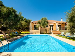 Private pool★Large garden★Wifi★2 min drive to beach★3 bedrooms