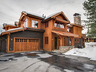 Mountain view home with private hot tub, gourmet kitchen & more! Dogs OK!