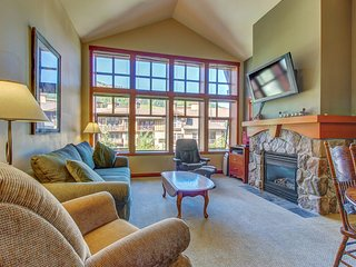 Lovely mountain view condo with shared hot tub, pool & more - walk to lifts!
