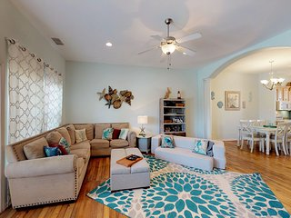 Comfy, dog-friendly condo with shared pool, near  beach w/ private washer/dryer!