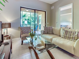 Modern condo w/ shared pool, entertainment - drive to golf & beach