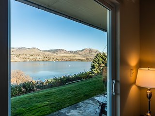 Lake and mountainview condo close to town and water - with patio & gas grill