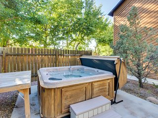 Dog-friendly desert getaway with shared hot tub & grassy area - prime location