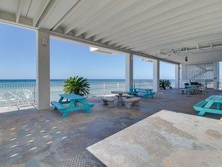 Beachfront studio w/ shared pool & private beach access - special snowbird rates