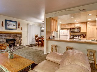 Cozy, renovated condo close to skiing w/ shared hot tub/pool/sauna/tennis