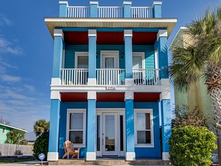 Lovely home near the beach w/ deck, gulf views, & more - snowbirds welcome!