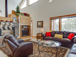 Spacious mountain condo w/ private hot tub & jetted tub - close to town!