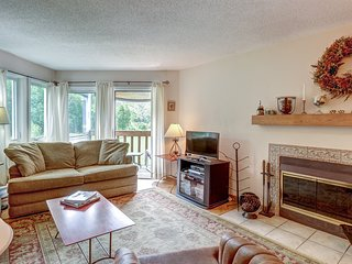 Comfortably furnished condo w/shared seasonal pool, on shuttle route to skiing!