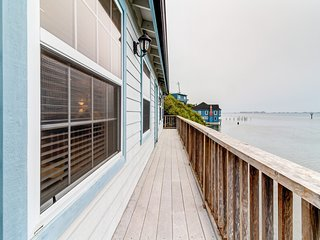 Charming bayfront cottage with gorgeous views ideal for quick romantic getaway!