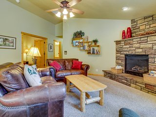 Peaceful mountain hideaway w/ gas fireplace, large back patio & modern comforts