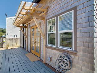 Bright & airy cottage right in town, across the street from the beach!