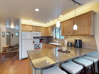 Comfortable home near restaurants, golf course, ice rink, and a lakeside beach