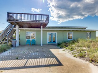 Vintage, dog-friendly cottage with ocean views, sun deck - 150 ft from the beach