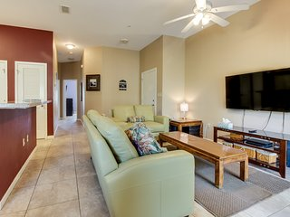 Welcoming condo with shared pool and hot tub, location close to the beach