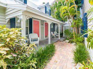 Cozy, dog-friendly townhouse w/ shared pool & courtyard - walk to Duval & more!
