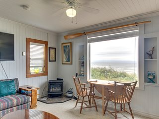 Beachfront cabin w/ a gas stove and ocean views. Walk to Nye Beach shops & more!
