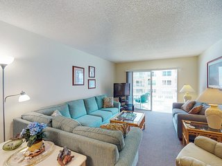 Cozy condo w/ shared pool, private beach access, near by restaurants and  pier!
