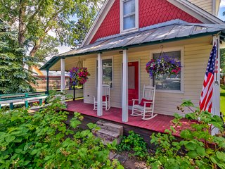 Historic home w/ mountain views, wrap-around porch - in town, easy slope access!
