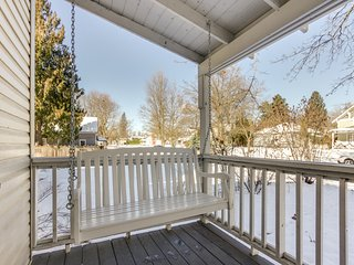 Cozy, dog-friendly home w/ central location only minutes away from the lake!