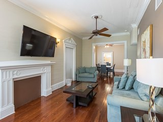 Dog-friendly condo w/ shared pool, full kitchen & parking - central location!