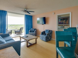 Breezy dog-friendly condo w/ private deck, shared pool/hot tub, & parking space