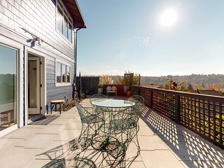 Gorgeous duplex w/ deck & gourmet kitchen - walk to restaurants, shops & more!