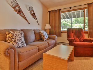 Cozy condo boasts easy ski access, shared pool, hot tub, & more!