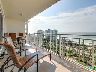 Beachview condo w/Jacuzzi tub, access to fitness center, & shared tropical pool