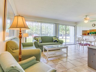 Comfy condo w/ three pools, tennis courts - short drive to the beach & dining!