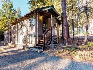 Cozy cabin for two with furnished patio - close to the village & lake, dogs OK!