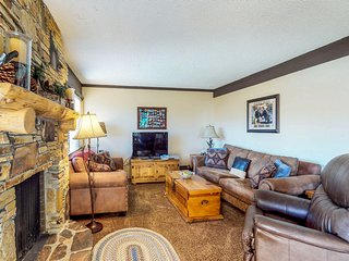 Skier's paradise w/ mountain views, shared pool, hot tub, & game room - dogs OK!